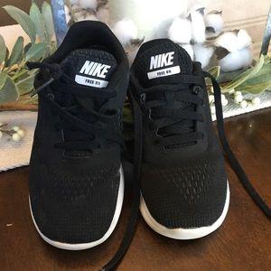 Nike's Free rn girls shoes